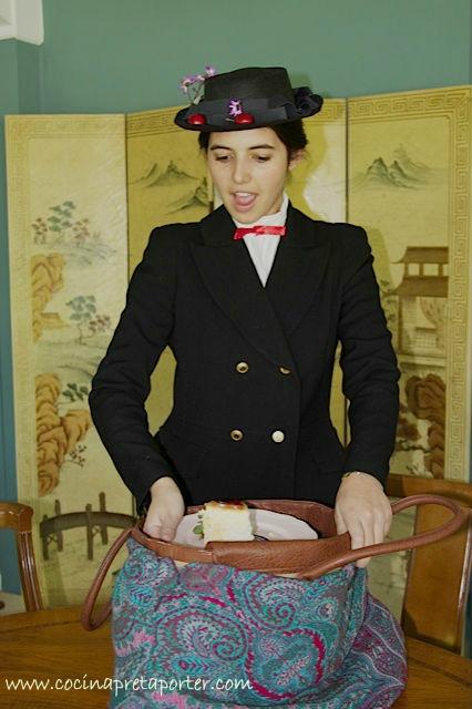 Miss Poppins Saca el pastel del bolso