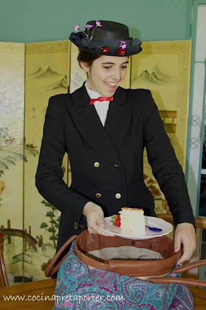 Miss Poppins saca el pastel de bolso 2