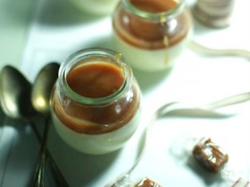 Pannacotta de vainilla con coulis de caramelo de beurre salé